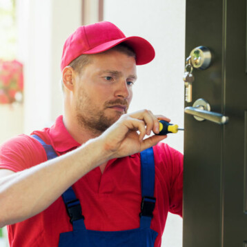 Qui contacter pour assurer l'installation de la serrure d'une porte?